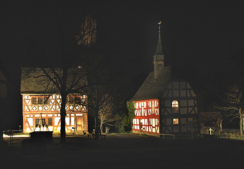 Der Dorfplatz bei Nacht