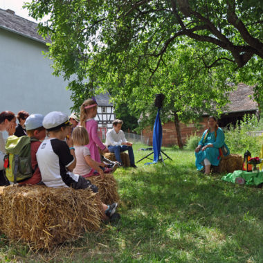 Erzählerin und ihre kleinen Zuhörer beim Märchentag