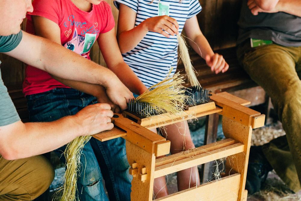 Kinder bei der Flachverarbeitung