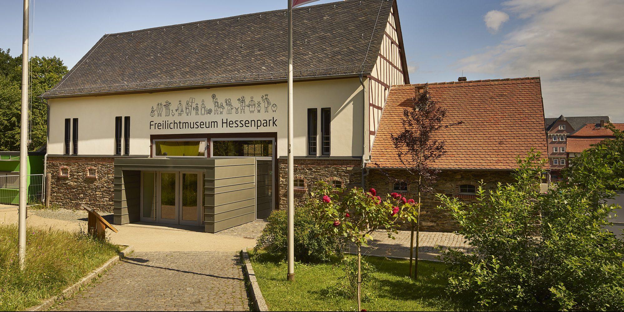Blick auf das neue Eingangsgebäude, die Scheune aus Westerfeld