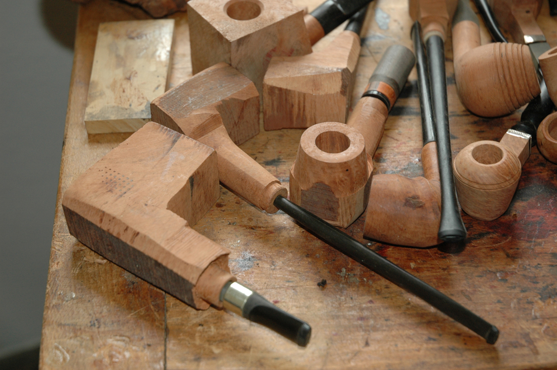 Holzpfeifen auf einer Werkbank