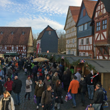 Besucher auf dem Rewe-Weihnachtsmarkt
