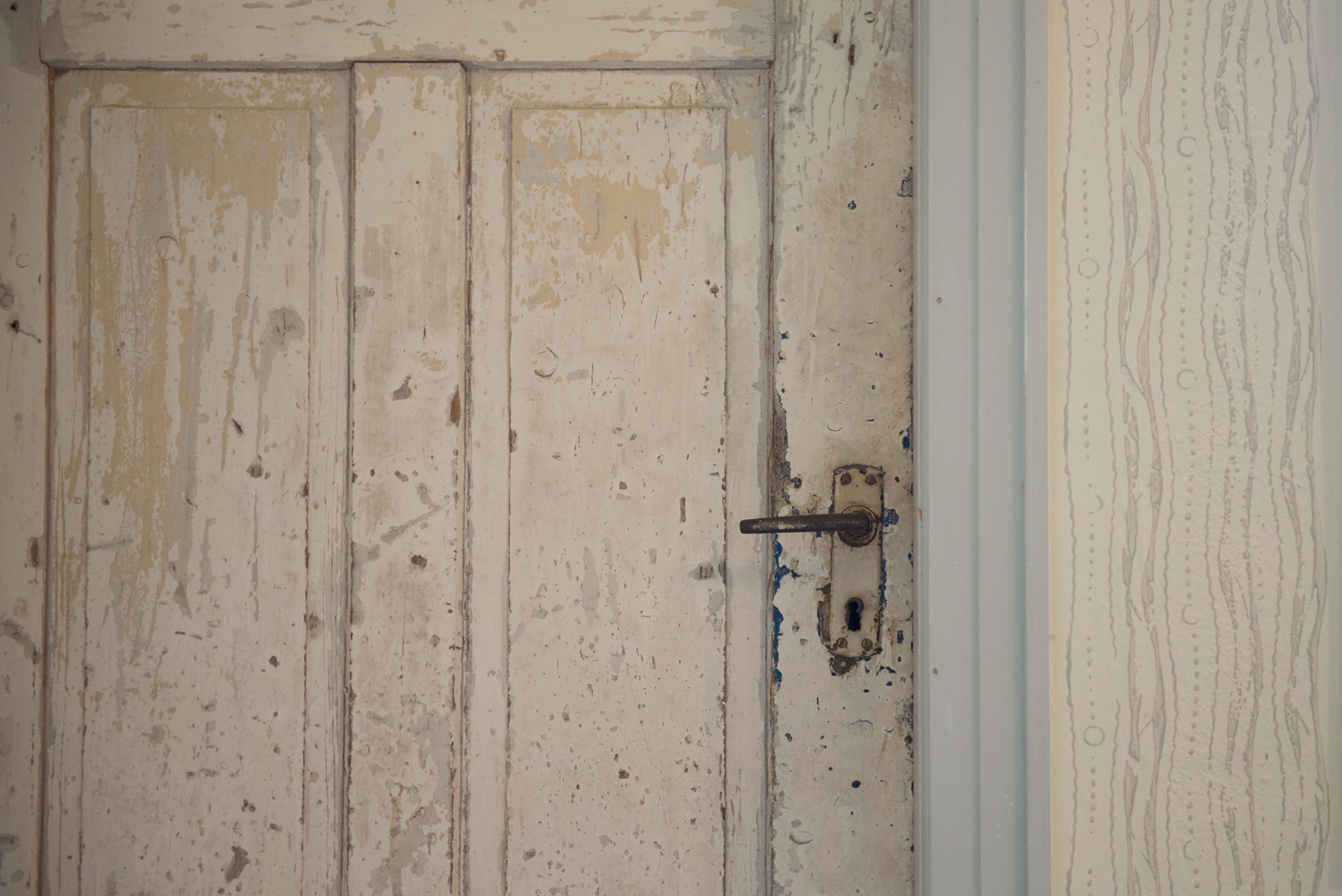 Ausschnitt einer weißen Holztür