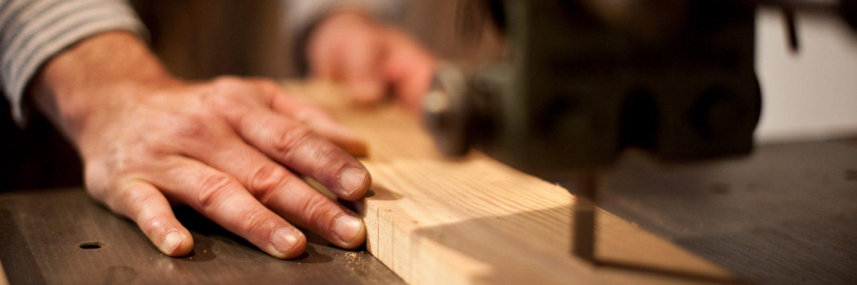 Schreiner sägt Holz in der Schreinerei