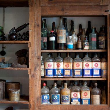 Schrank mit Arbeitsmaterial, wie Öle und Lacke, in der Schreinerei aus Fulda
