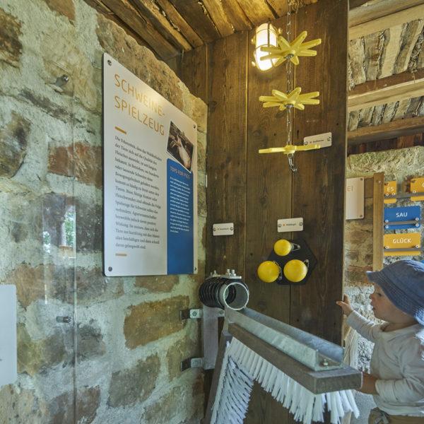 Kind in der Dauerausstellung