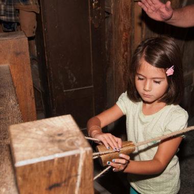 Mitmachhandwerk für Kinder in der Seilerei