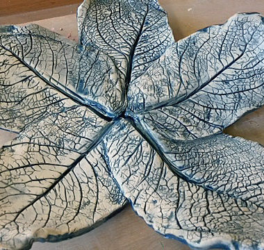 Blau-weißes Baumblatt aus Keramik