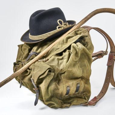 Wanderstock, Rucksack und Filzhut