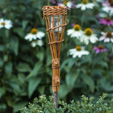 Geflochtene Gartenfakel aus Weidenruten