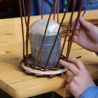 Körbchen flechten im Rahmes eines Kindergeburtstages