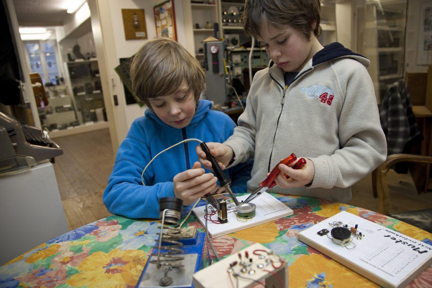 Kinder beim Experimentieren mit Kommunikationstechnik